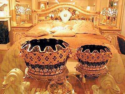 在家具设计中,古典欧式家具较多运用金黄色,营造豪华浪漫的气氛.