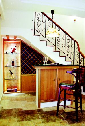 楼梯底下酒柜效果图