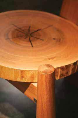 水曲柳全实木制造,厚实圆形的坐板宛如一棵水曲柳树的一段横截面,充满