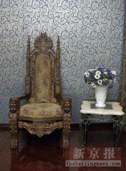 欧式风格的椅子和插花