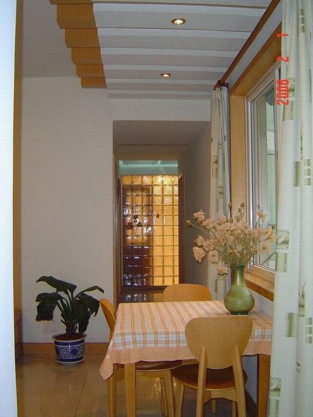 把主卫正对大门和客厅的一面墙打掉后改装成玻璃砖墙