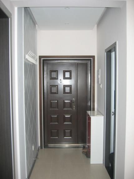 玄关里放了挂衣护墙板和鞋柜