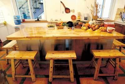 桌子上整齐地摆放着茶具