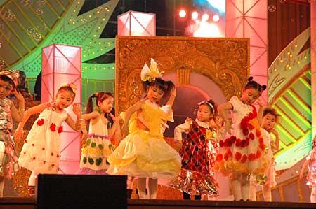 图为合生的小业主们表演时尚环保服装秀