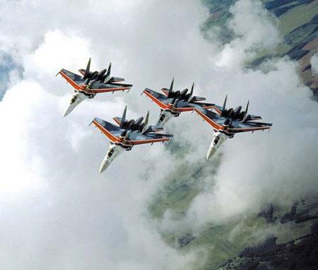 世界著名特技飞行表演队之俄罗斯勇士(图)