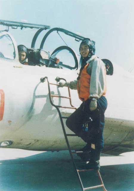 图文:身穿飞行服的王伟走上训练机