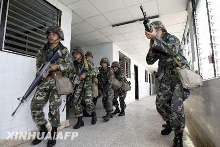 """秸蕉佣釉(中)和泰国士兵在泰国东部的呵叻府进行代号为""""金色眼镜蛇"""