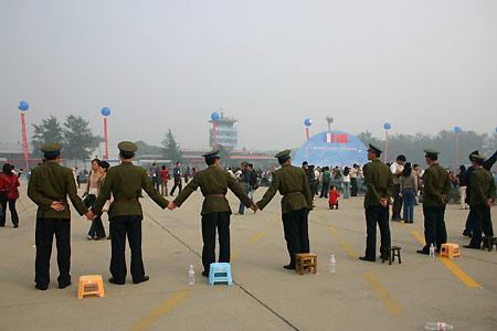 图文:空军学员拉起防线防止任何人员进入