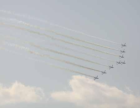 图文:法兰西巡逻兵在京进行特技飞行表演(23)