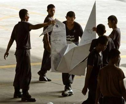 这些纸鹤中,有一只身上有泰国总理他信的亲笔签名,得到这只纸鹤的幸运