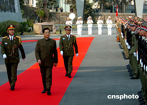 图文:胡锦涛检阅中国人民解放军驻澳门部队