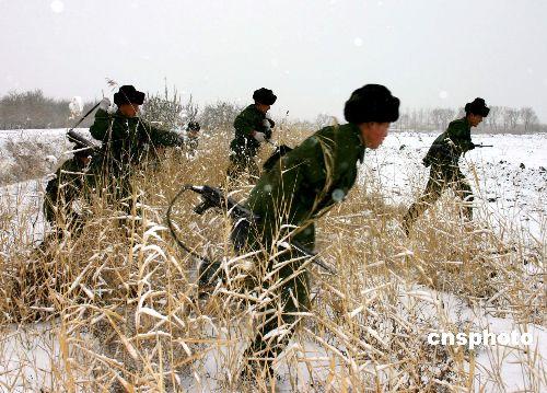 组图:驻疆某部数千官兵戈壁雪野苦练本领