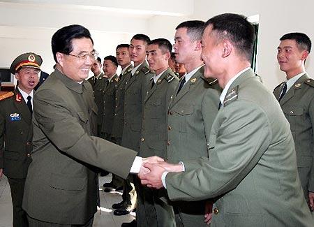 胡锦涛任中央军委主席以来首次检阅驻澳门部队