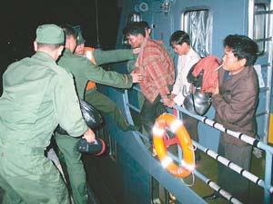 广西海警深夜救援:船沉10分钟前8渔民获救(图)