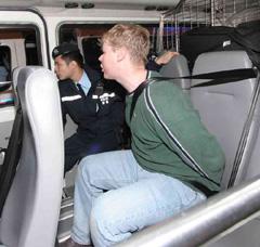美海军小鹰号航母一水兵在香港打人袭警被拘(图)