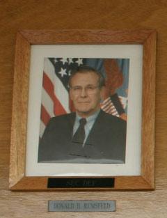 图文:舷梯右边挂着美国防长拉姆斯菲尔德的照片