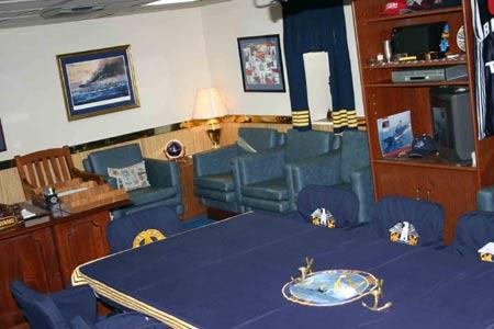 图文:舰长梅拉德的房间也是小型会议室