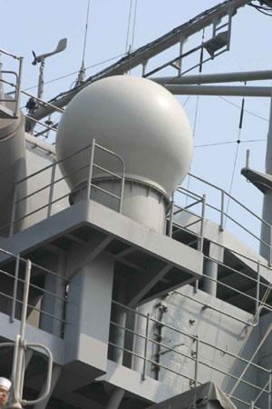 图文:蓝岭号指挥舰舰体中部的雷达