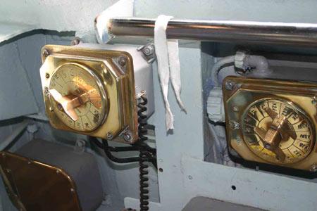 图文:蓝岭舰驾驶室里金黄的线路控制面板