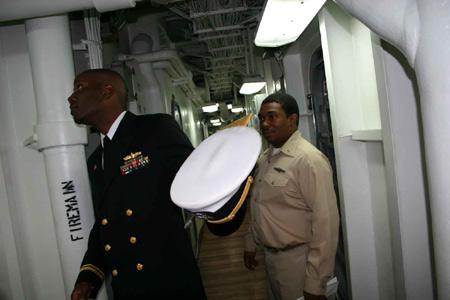 图文:蓝岭号指挥舰内部通道中行走的黑人士兵