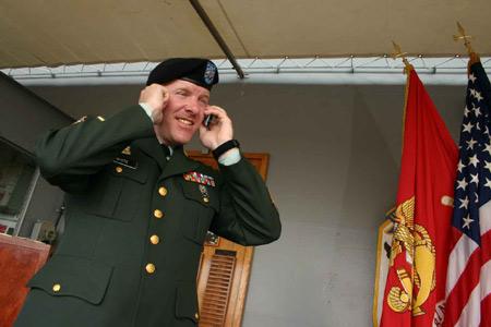 图文:蓝岭号指挥舰上美国军官正在通电话
