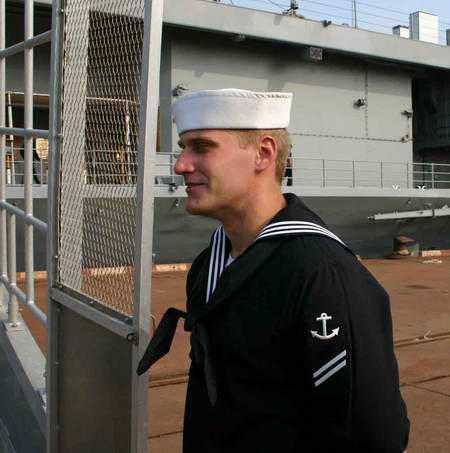 图文:蓝岭号指挥舰上在舷梯旁值勤的美军士兵