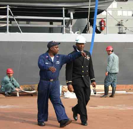 图文:在蓝岭号指挥舰码头上工作的美军士兵