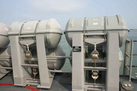 图文:主甲板左测的救生筏