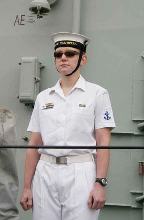 图文:堪培拉号上戴墨镜站坡的女水兵
