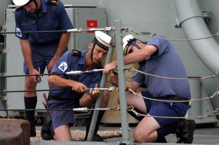 图文:正在卸绳缆的堪培拉舰士兵