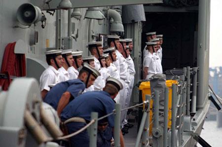 图文:右舷站坡的堪培拉舰舰员