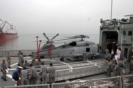 图文:拆叠后准备进入机库的海鹰直升机