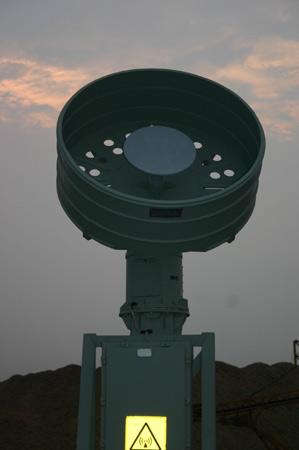 图文:堪培拉号舰艇中部圆盘状通信天线