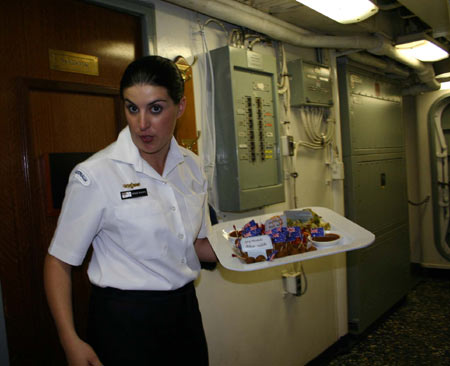 图文:舱室内端着托盘运送食品的女兵