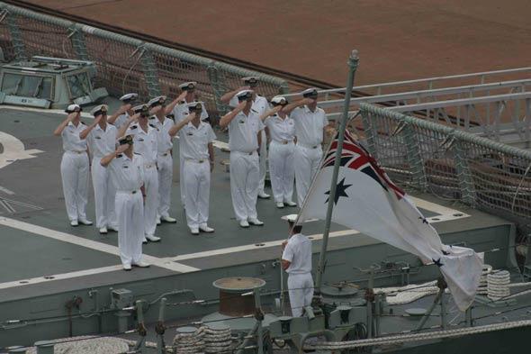 图文:澳大利亚皇家海军升起海军军旗