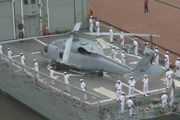 图文:堪培拉号舰员在后甲板直升机附近列队