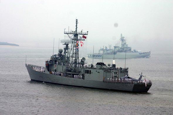 图文:中国护卫舰引导下堪培拉号缓缓离港