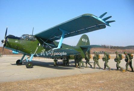 解放军空降兵部队年度新兵跳伞训练(组图)
