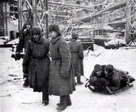 图文:苏军把伤员用雪橇拖回来