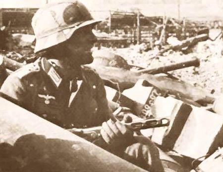图文:手持波波萨的德军