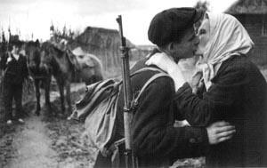 图文:母亲吻别将要上战场的儿子