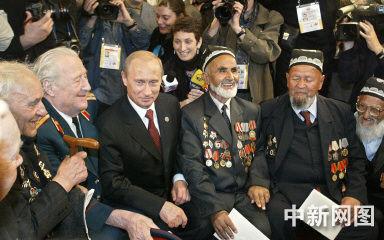 图文:俄罗斯总统普京在莫斯科会见二战老兵