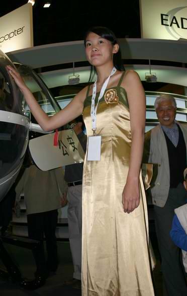图文:欧洲EADS防务公司展台美女模特