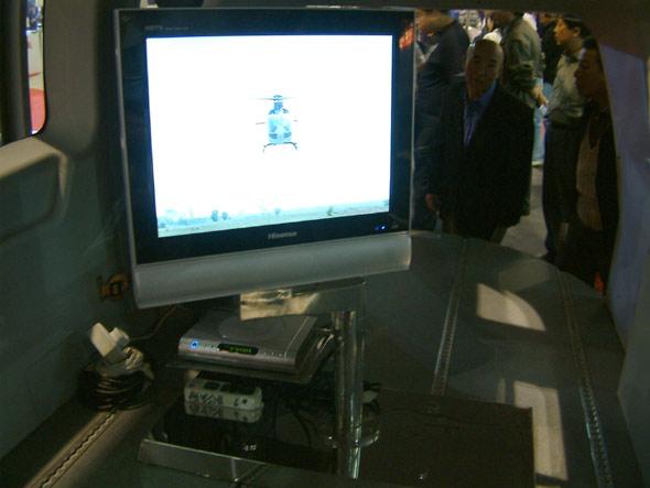 图文:EC145警用直升机座舱内部显视器
