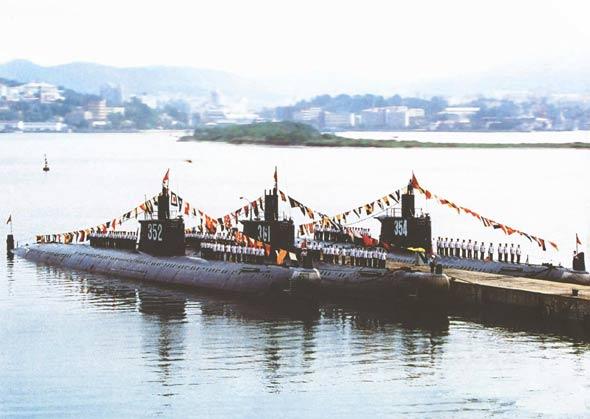 图文:明级潜艇编队接受检阅