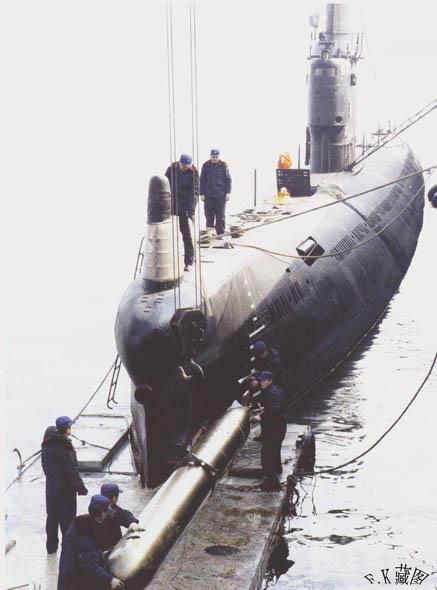 图文:中国海军明级常规动力潜艇装填鱼雷