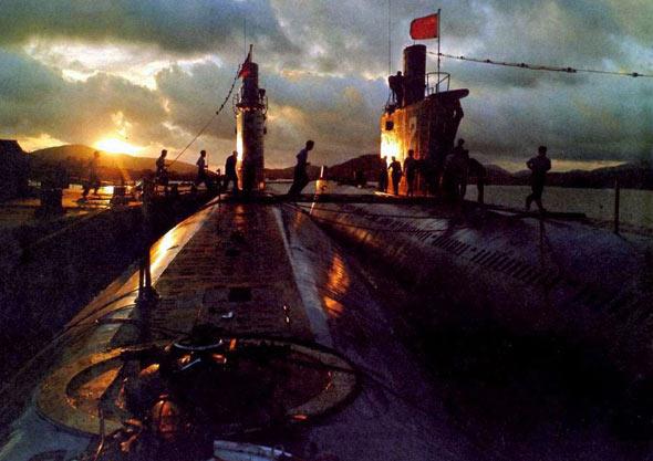 图文:我明级潜艇部队夜色下紧急出