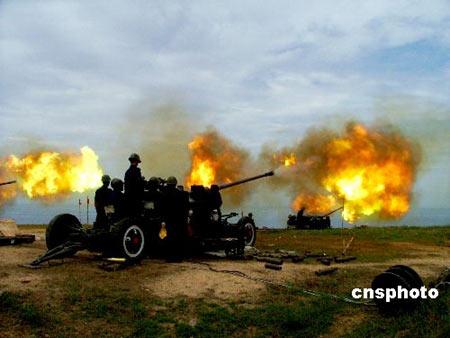 南海舰队高炮团进行实弹射击演练(组图)