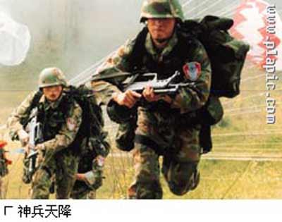 中国空降兵部队重装备成建制多路成批次空降(图)