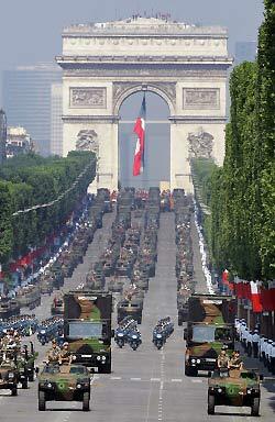 图文:法国装甲车部队行驶在香榭丽舍大街上